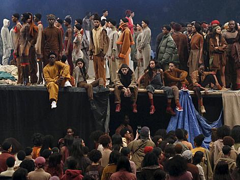 Models präsentieren Kanye West's Yeezy Season 3 Collection