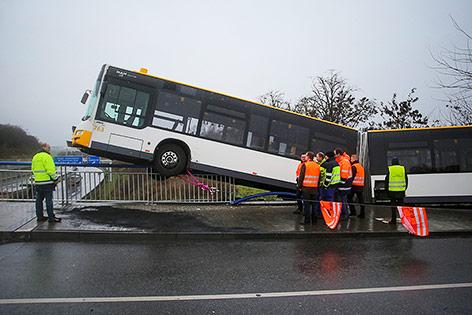 Linienbus der Mainzer Verkehrsgesellschaft steht nach einem Unfall auf dem Geländer einer Überführung über die Autobahn A60 in Mainz