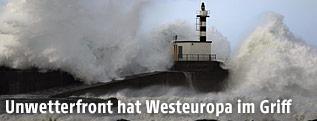 Ein Leuchtturm in Wales wird von hohen Wellen umspült
