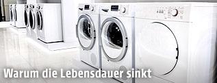 Waschmaschienen in einer Elektroabteilung