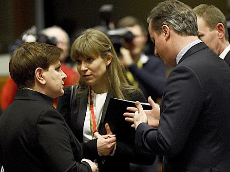 Die polnische Premierministerin Beata Szydlo spricht mit dem britischen Premier David Cameron