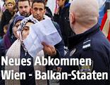 Flüchtlinge werden an der mazedonischen Grenze kontrolliert