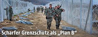 Mazedonische Soldaten an einem Grenzzaun