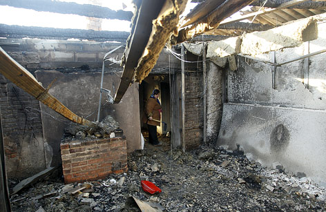 Frau in einem zerstörten Gebäude in Donetsk