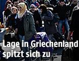 Flüchtlinge kommen im griechischen Hafen Piräus an