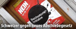 """Plakat wirbt für Ablehung der """"Durchsetzungsinitiative"""""""
