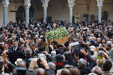 Menschenmenge um den Sarg von Umberto Eco