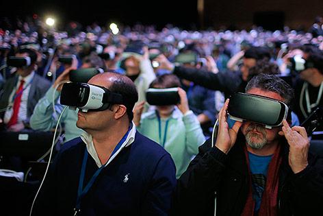 Journalisten mit VR-Brille