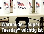 Mann sitzt vor einer Wahlkabine in den USA