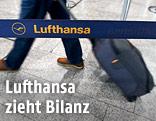Ein Passagier bei einem Lufthansa-Schalter