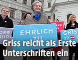 Irmgard Griss mit Unterstützungserklärungen vor der Hofburg in Wien