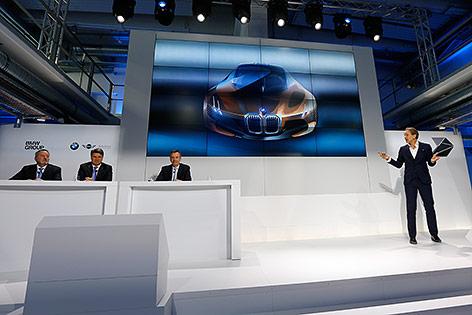 Adrian van Hooydonk, BMWs Vize-Präsident für Design bei einer Präsentation