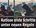 Flüchtlinge warten auf vor einer Essensausgabe