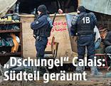 Polizisten im Südteil des Flüchtlingslagers im nordfranzösischen Calais