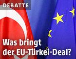 Türkische Fahne neben einer EU-Fahne