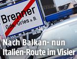 Ein Polizeiauto vor der Ortstafel Gries am Brenner