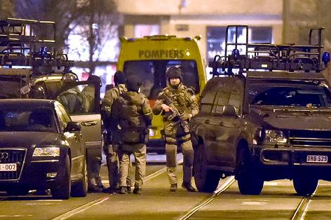 Schwer bewaffnete Polizisten auf einer Straße in Brüssel