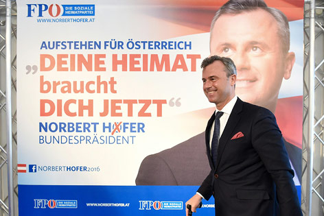 FPÖ-Präsidentschaftskandidat Norbert Hofer vor dem Wahlplakat