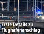 Rettungswagen vor dem Zaventem-Flughafen mit zerborstetenen Scheiben