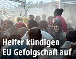 Flüchtlinge drängen in Camp auf Lesbos