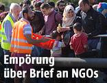 Freiwillige Helfer versorgen Flüchtlinge