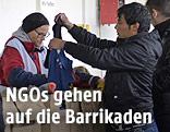 Spendenausgabe der Caritas an Flüchtlinge