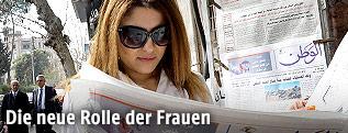Syrische Frau liest eine Zeitung in Damaskus