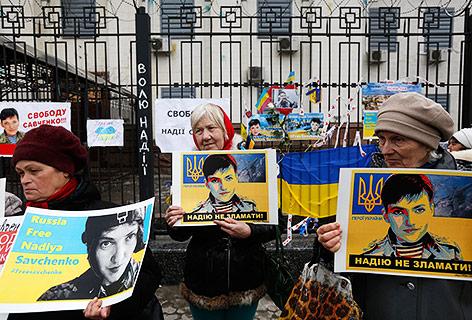 Ukrainische Demonstranten halten Fotos von Sawtschenko in Händen
