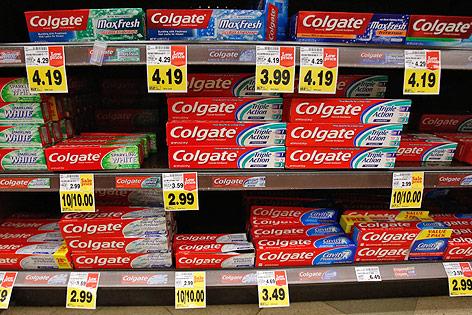 Supermarktregal mit Colgate-Zahhpasten