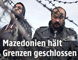 Flüchtlinge hinter dem Grenzzaun