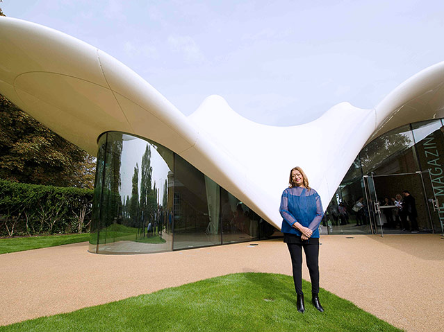 Zaha Hadid vor dem Serpentine Sackler Gallery in London