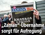 """Anonyme Person hält die Zeitung """"Zaman"""" in die Höhe"""