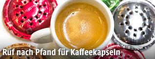 Alte Kaffeekapseln und ein Espresso
