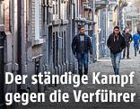 Zwei Jugendliche gehen auf einer Straße in Brüssel