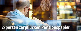 Pensionist in einem Cafe