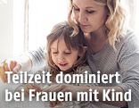 Mutter mit Kind beim Backen