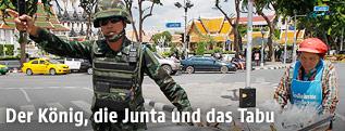 Thailändischer Soldat auf einer Straße in Bangkok