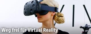 Frau nutzt das HTV Vive Virtual Reality headset