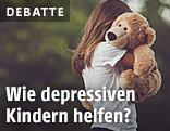 Mädchen umarmt einen Teddybären