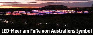 """Das Projekt """"Field of Light"""" des britischen Lichtdesigners Bruce Munro  vor dem Ayers Rock in Australien"""