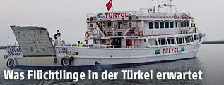 Türkisches Schiff bringt Flüchtlinge in die Türkei
