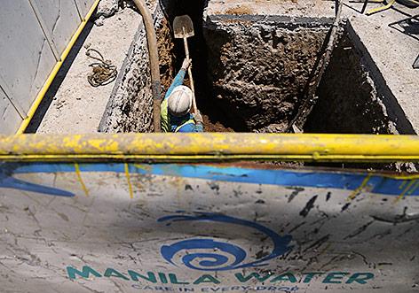 Arbeiter repariert Wasserleitung
