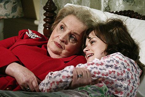"""Ex-US-Außenministerin Madeleine Albright mit Alexis Bledel in einer Szene der Serie """"Gilmore Girls"""""""