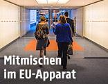 Personen betreten das EU-Parlament