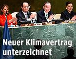 UNO-Generalsekretär Ban Ki-Moon und der französische Präsident Francois Hollande applaudieren