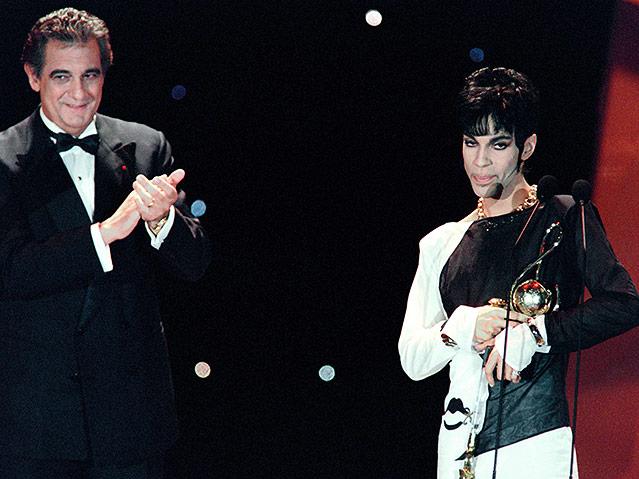 Prince bekommt von Placido Domingo den einen World Music Award überreicht, 1994