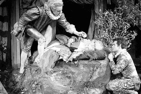 """Ian Richardson als Oberon, Judi Dench als Titania und Ian Holm als Puck in einer Aufführung von """"Ein Sommernachtstraum"""" aus dem Jahr 1962"""