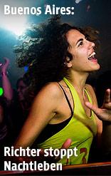 Frau tanzt in einem Club in Buenos Aires