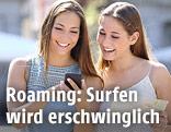 Zwei Frauen schauen auf ein Smartphone