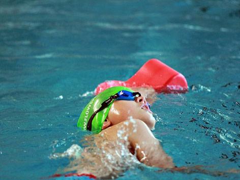 Kind im Schwimmkurs